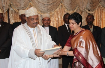Ambassador of India, Ms Manju Seth presenting credentials to the President of the Union of Comoros, His Excellency Dr IKILILOU Dhoinine, on 27th August 2013